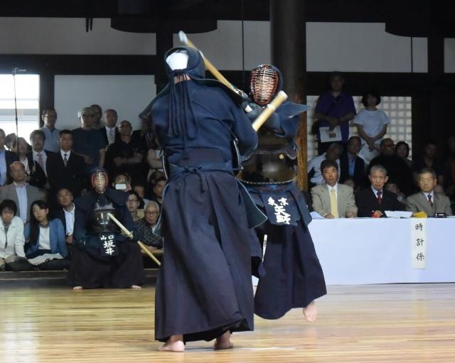 剣先の争いから矢野範士が岩立範士の竹刀を巻くようにしてメンに伸びる