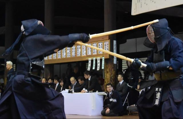 はずれたところに石塚教士がメンに跳び、遠藤教士を脅かす