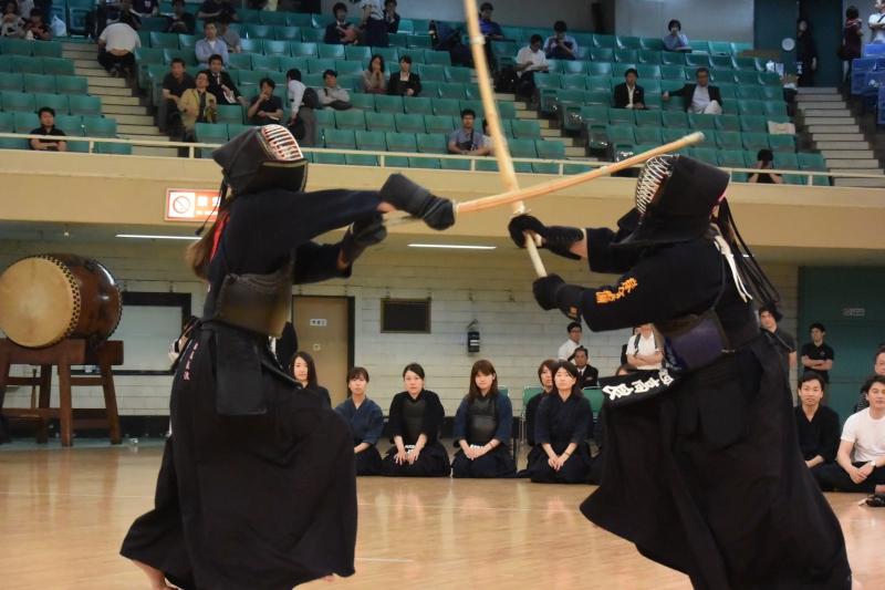 決勝中堅戦、畝尾(東京海上日動)が二本目のメンを決める